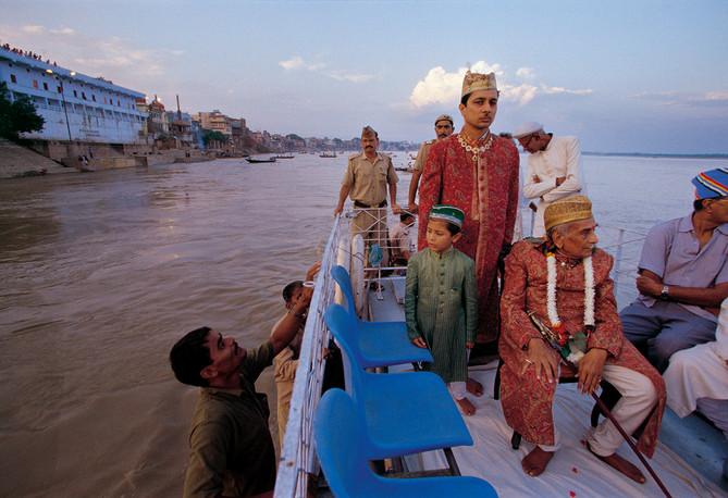 Benares, Uttar Pradesh. 1998: Kashi Naresh, Maharaja Vibhuti Narain Singh, returns to Kashi after attending the Naag-Nathaiya festival in Benares. Revered as a living god the Maharaja passed away in 2000.