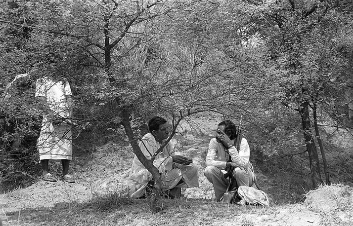 Malkhan Singh speaks to a confidant in the ravines outside Madanpura village days before his surrender, 1982.