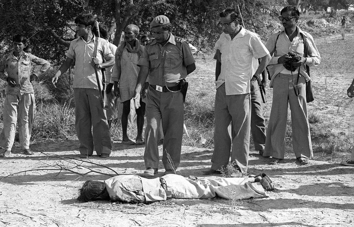 A policeman turns over the body of an alleged dacoit, killed in an encounter with the police, 1981. Under pressure to produce results against dacoits, police forces often resorted to fake encounters.