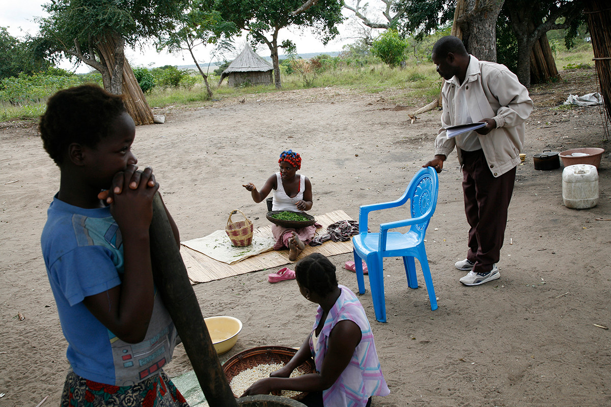 Salomao, a Demographic Surveillance System field supervisor of the Centro de Investigacao em Saude de Manhica, visits a family in the Ribangua neighbourhood of Manhica, Mozambique, 2007.