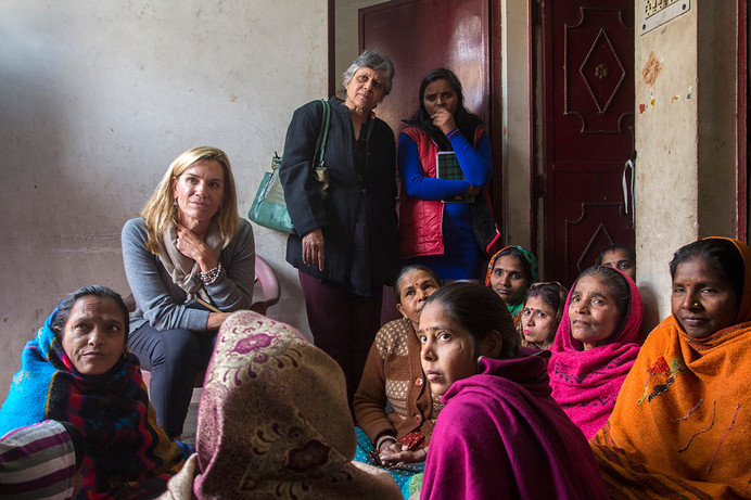 Laura Kohler meeting with a women's group during her learning visit to the Rajiv Nagar locality in Thana Mandoli, Delhi, India 2016.