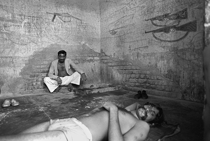 Arrested dacoits and other criminals lodged in the police lock-up at the Bhind court, 1982.