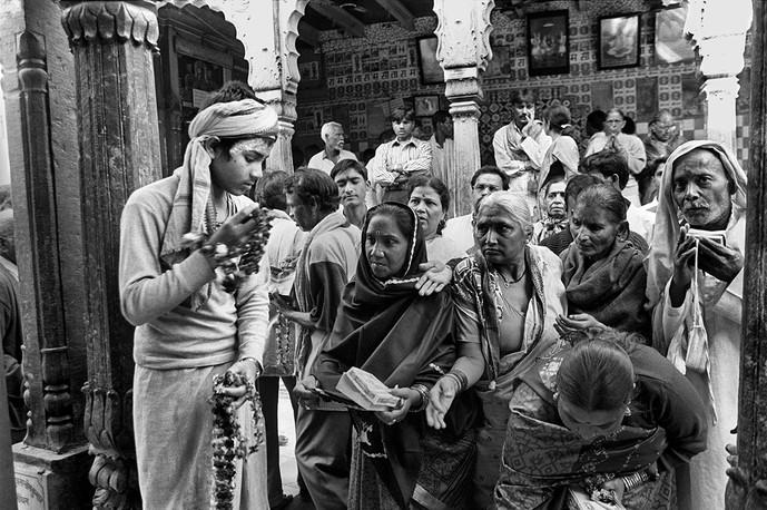 Ayodhya, Uttar Pradesh. 2002: Worshippers at the Hanumangarhi temple.