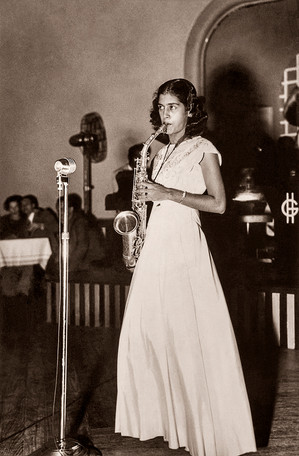 Lucila Pacheco during one of her first professional performances at Greens Hotel. Bombay, 1948.