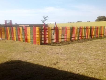 Prefeitura constrói cerca ao redor de parque infantil na Escola Municipal Profª Rita Maia