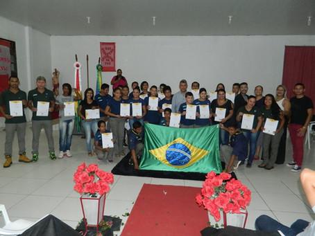 Prefeitura doa novos uniformes a grupo de escoteiros Caio Viana Martins de Xapuri