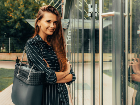 Miejska i elegancka stylizacja z torbą na jesień