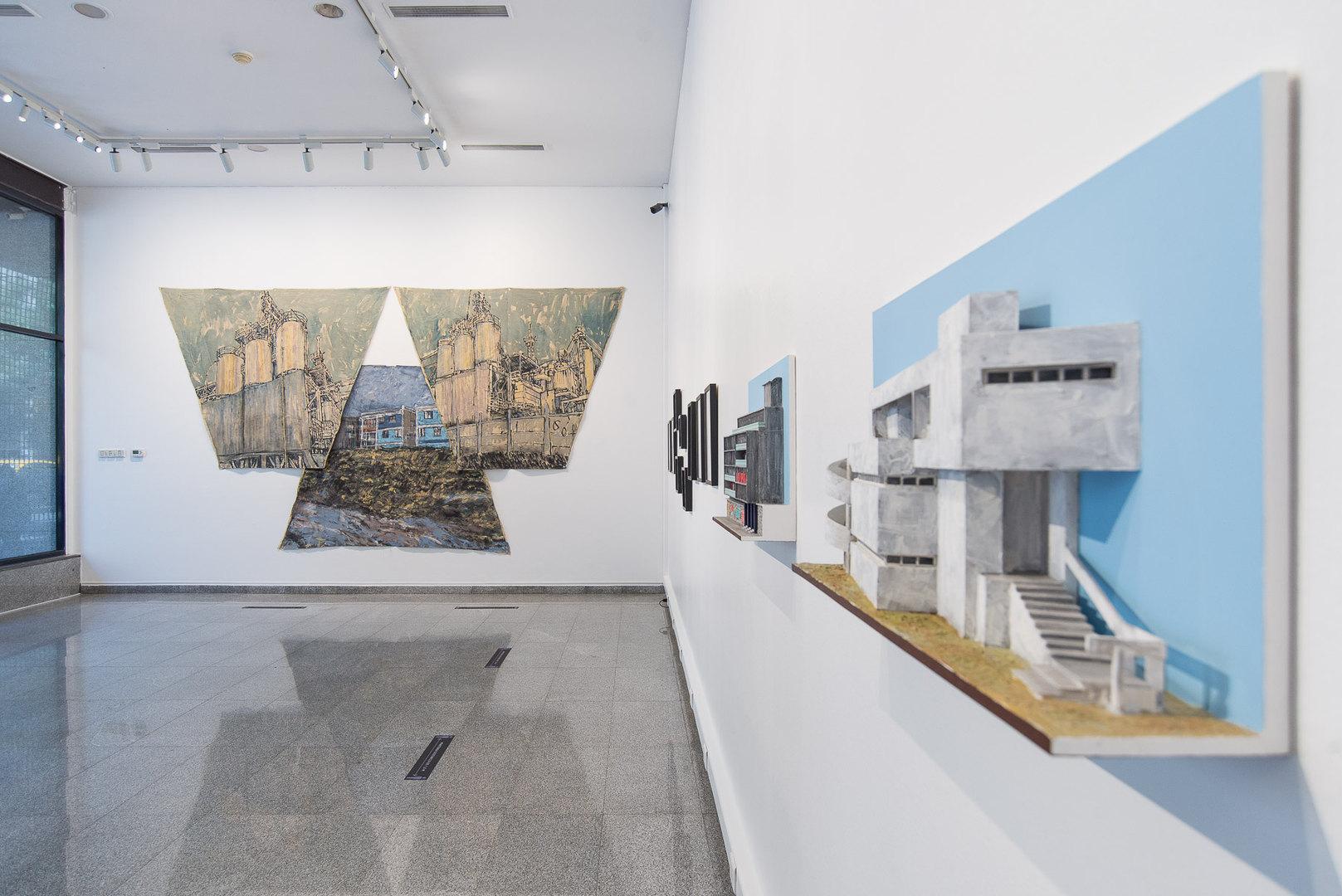 """Vista de exposición Flâneur, Obras de Leonardo Portus en primer plano, en el fondo obra de Sebastían Gonzales """"Lo espejo"""" © 2021"""