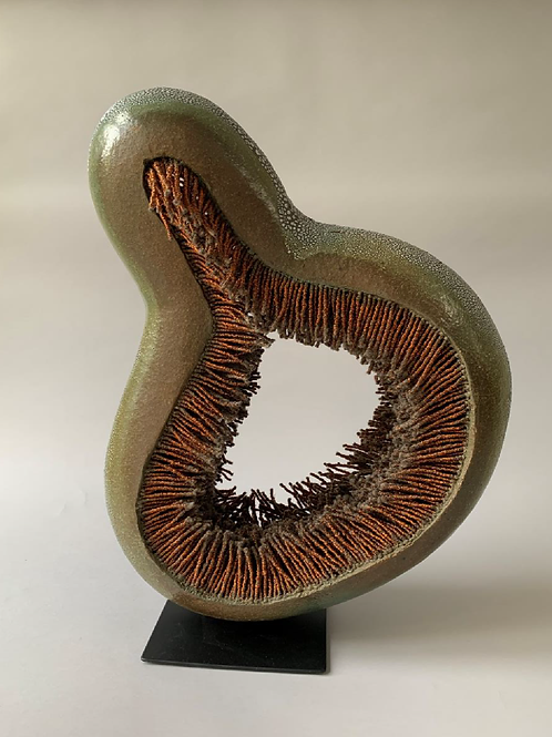 MACARENA SALINAS, Adaptabilidad, Cerámica gres, hilos de cobre, 64x43x15 cm.