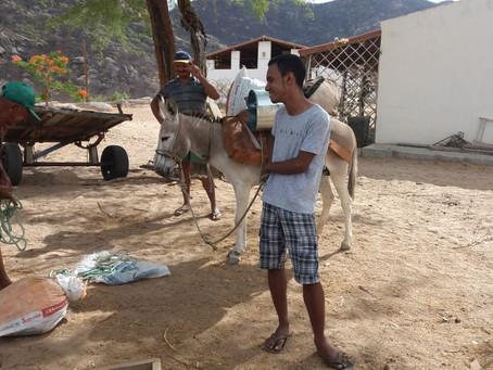 Seapac percorre trilha pra levar cisterna a família na Serra do Abreu