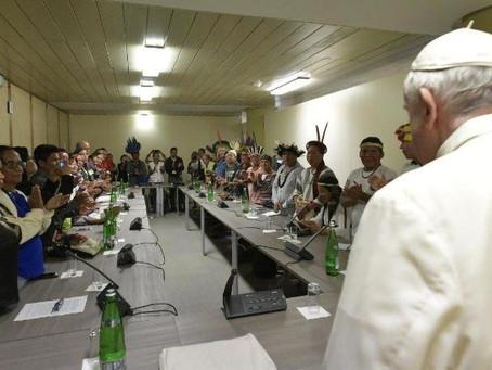 Papa se encontra com grupo de indígenas no Vaticano