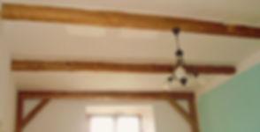 falešné stropní trámy ze sto let starých borvicových trámů