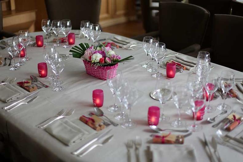Gobelets fuchsia et bougies LED