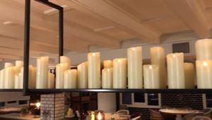 Bougies sur secteur dans restaurant