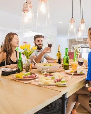 persone-felici-che-bevono-durante-la-cen