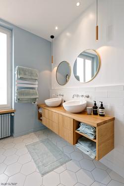 Salle de bains lumineuse blanche et bois