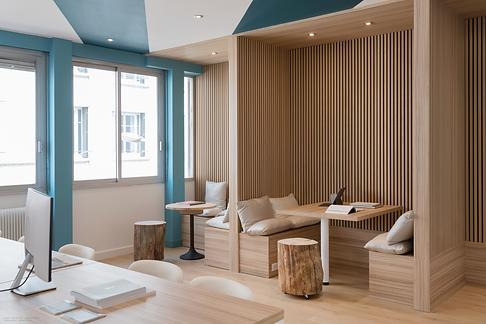 Aménagement de bureaux en coworking à Lyon. Mur de tasseaux et claustra en bois et en verr