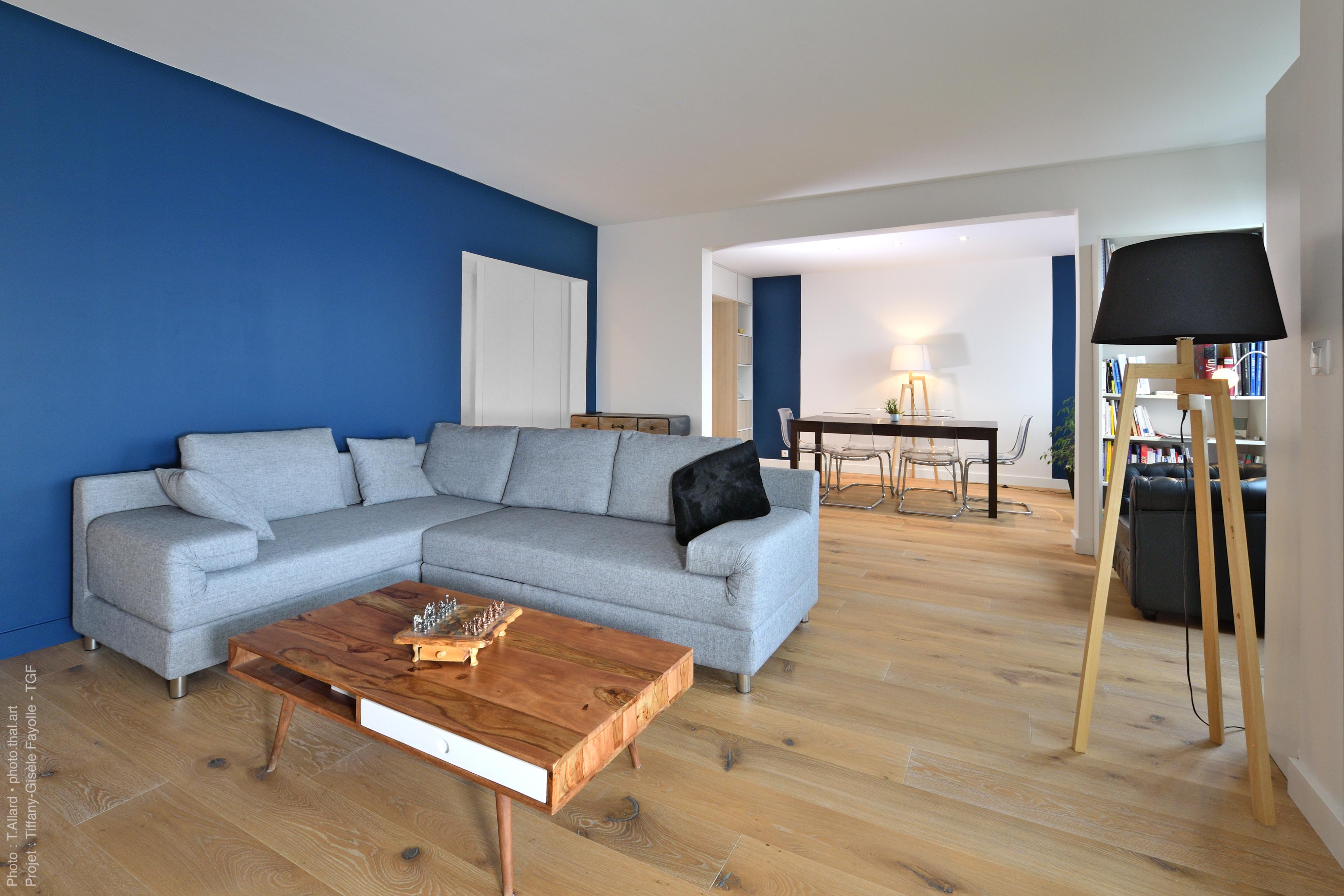 Aménagement minimaliste de salon suite à