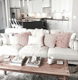 salon cocooning chaleureux deco plumes roses cuisine ouverte table basse en bois tabourets tollixs