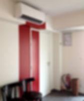 aménager un cabinet médical : salle d'attente d'un cabinet d'etiopathie avec jeu de l'oeil rouge et blanc chaises vintages dans un amélagement de l'architecte d'intérieur et décorateur tiffany fayolle de TGF à Lyon réalisant également des ménagement et rénovation de cabinets médicaux