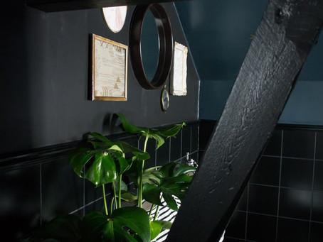 Une salle de bains plongée au coeur de la pénombre...