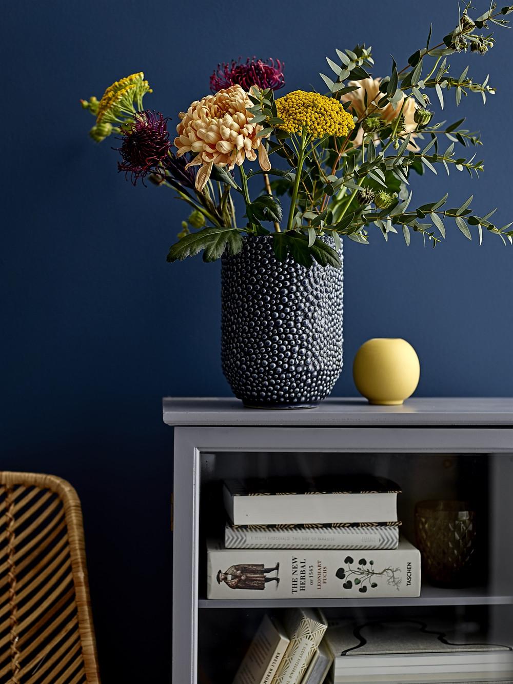 vase avec composition florale forestière sur fond bleu dans une décoration minimaliste bloomingville, belle inspiration pour une décoration actuelle bleue