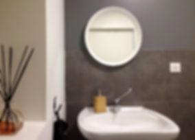 aménager un cabinet médical :  aménagement d'un cabinet médical par tiffany fayolle architecte d'intérieur et décorateur à lyon, cabinet wc avec miroir rond et carrelage gris. Les choix ont été réalisés par l'architecte qui ici a créer le projet de rénovation et de décoration de l'aménagement de ce cabinet médical.