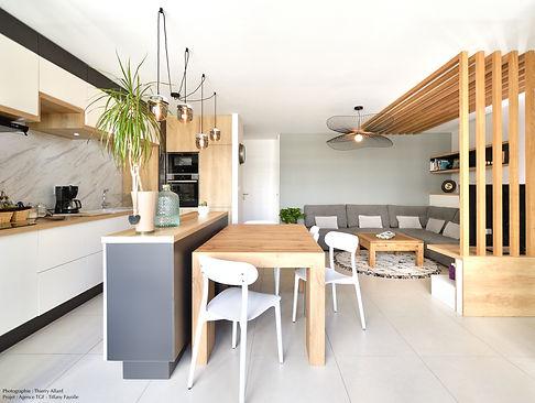 Aménagement de cuisine sur mesure par l'architecte d'intérieur Tiffany Fayolel de TGF avec claustra en bois pour un salon ouvert situé à Lyon