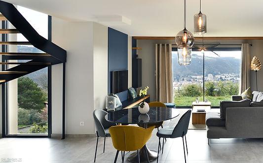 luminaires fumées et table de marbre. luminaire forestier, canapé gris et escalier bois et métal noir. Panorama sur le rhone création d'une ambiance avec décoration globale.