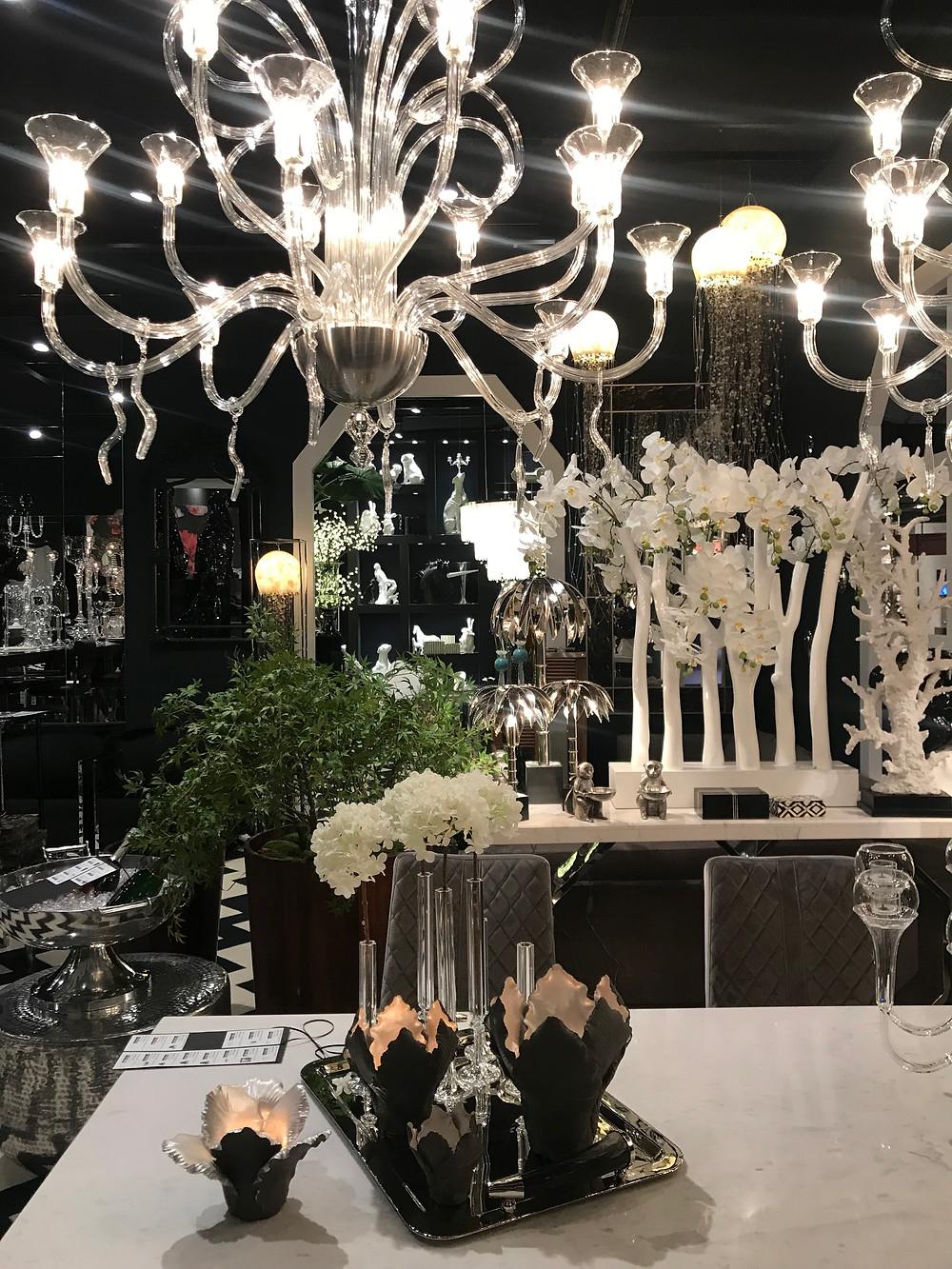 grand lustre en cristal blanc avec ambiance hôtelière haut de gamme dans ce projet d'aménagement éphémère.