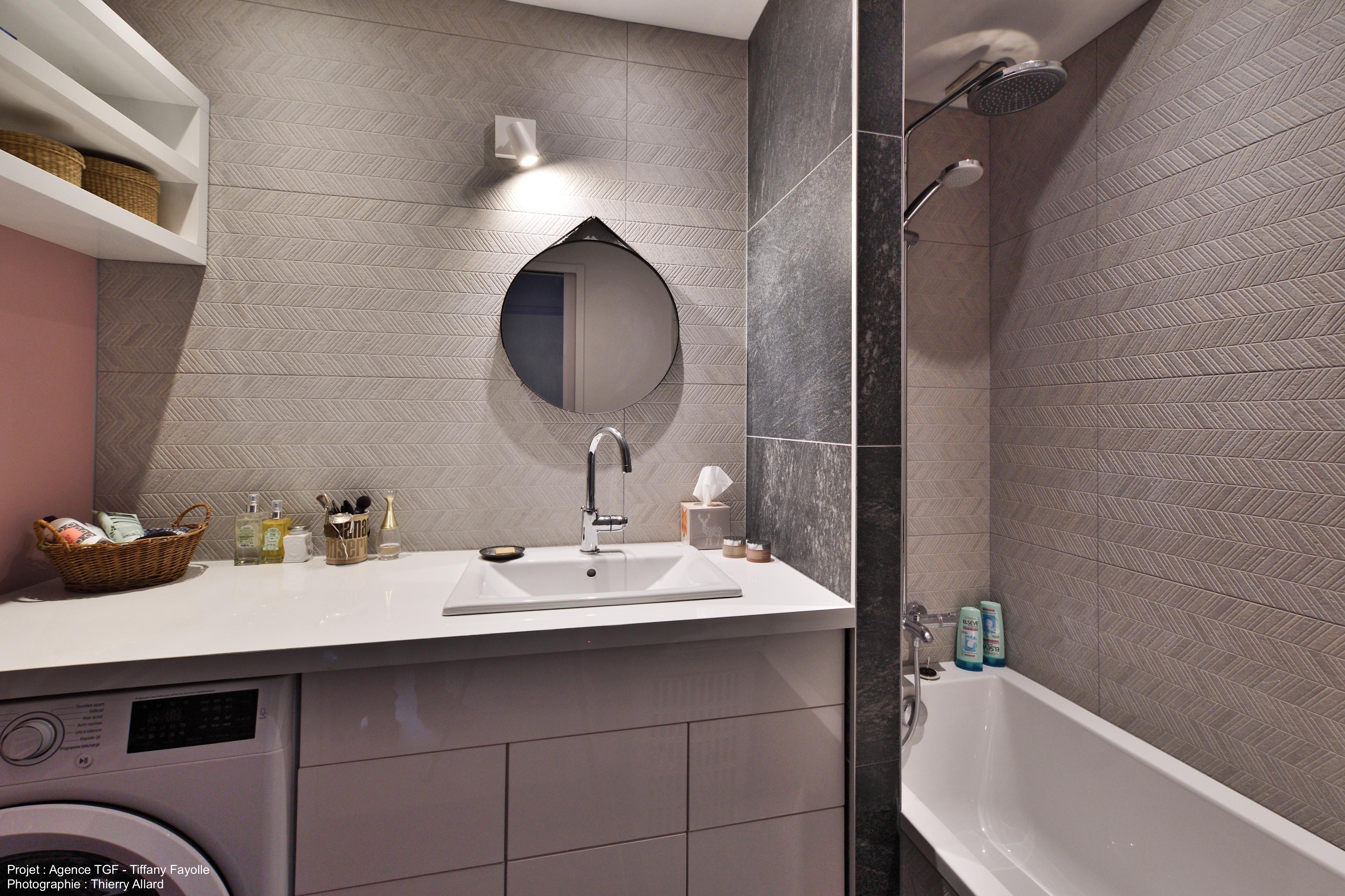 miroir rond et cuir dans salle de bains