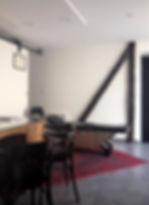 aménager un cabinet médical :  aménagement et agencement d'un cabinet médical par tiffany fayolle architecte d'intérieur et décorateur à lyon avec poutres en bois authentiques trompe l'oeil tapis rouge fauteuils noir en cuir mobilier chiné et carrealge gris. L'agence TGF par Tiffany Fayolle proposant également des prestations de rénovation, aménagement, agencement et décoration de cabinets médicaux.