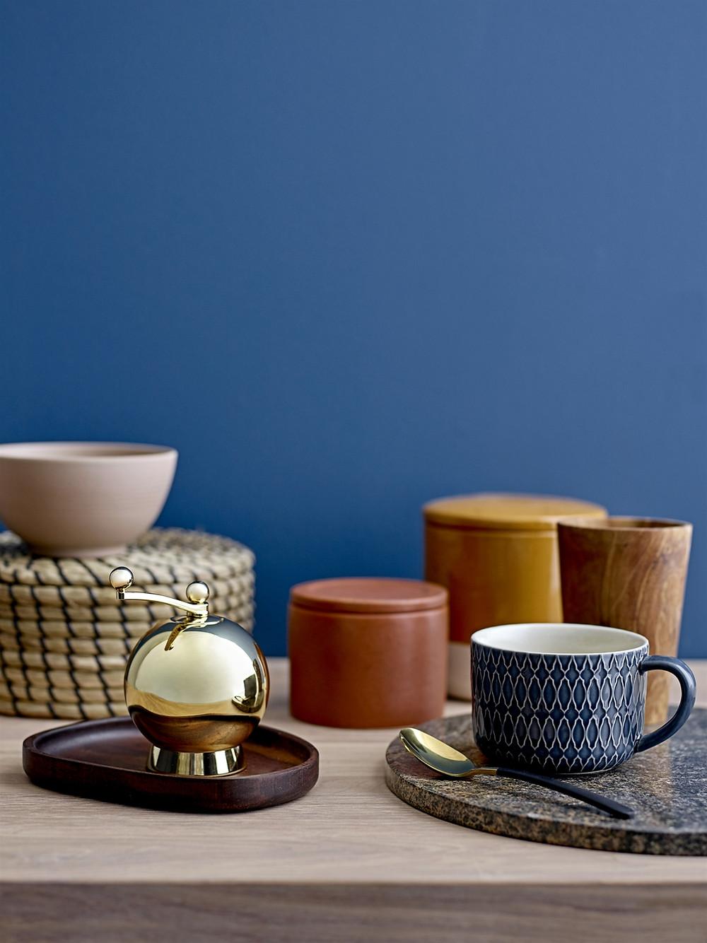 fond coloré bleu avec accessoires colorés et dorés de la marque bloomingville, proposés par la boutique utopium à Saint Etienne pour l'agence TGF Tiffany Fayolle à Lyon