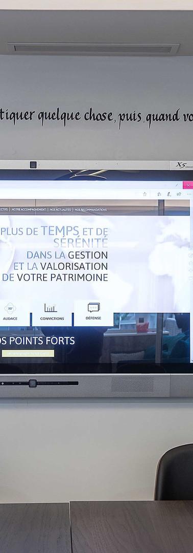 salle_de_réunion_avec_écran_tactile_et_c