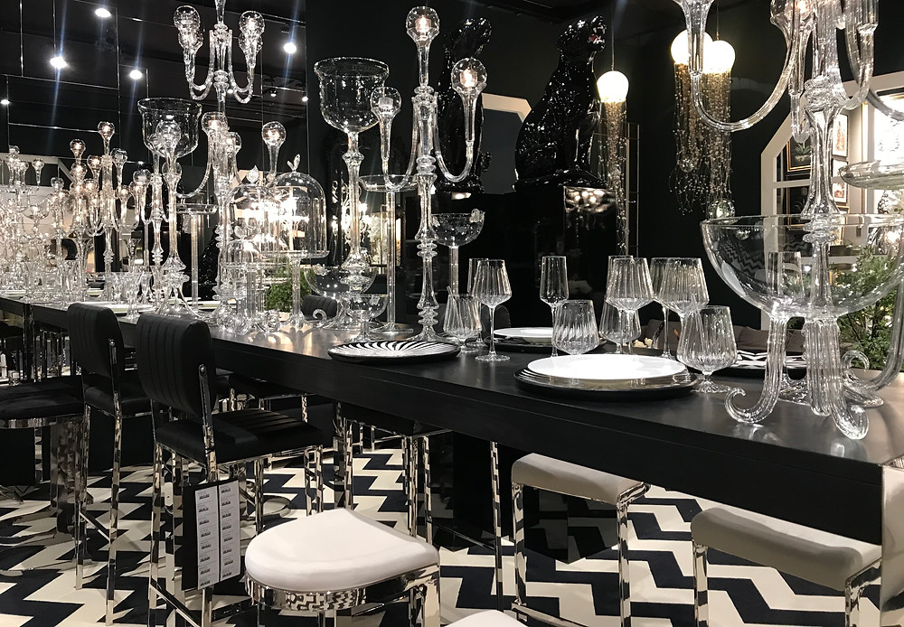 Projet de mise en scène et de décoration à Paris par Abhika avec sol en zig zag noirs et cristal blanc