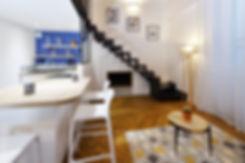 vue du salon sur l'escalier en métal sus