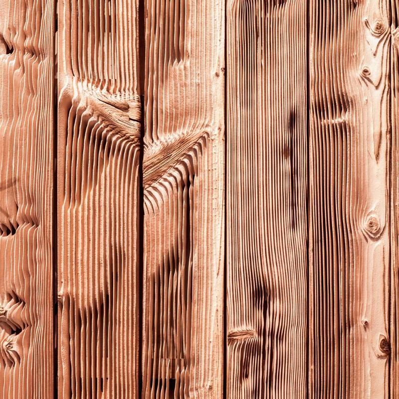 Parement mural en lames de bois massif brulé. - Carresol.