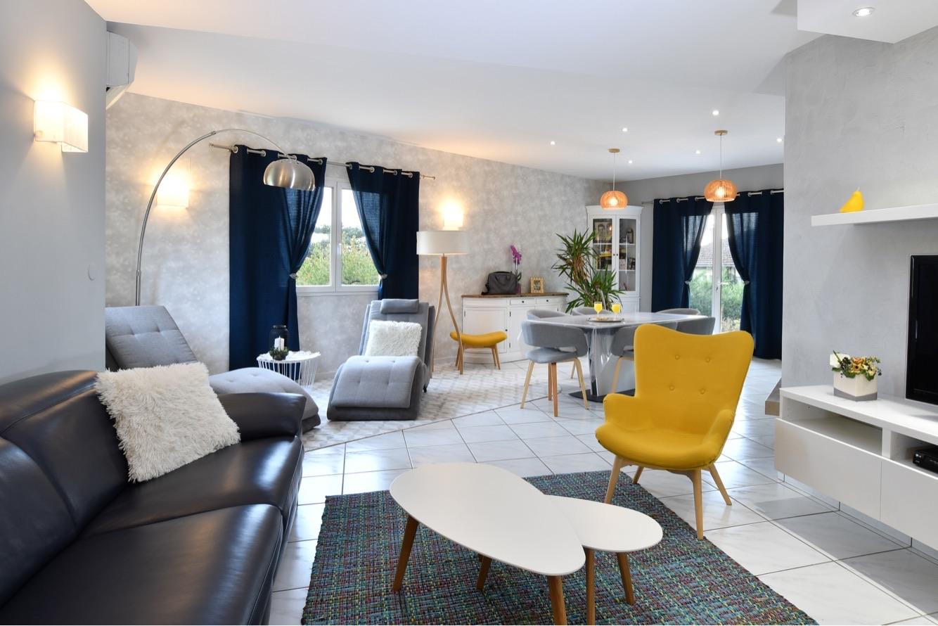 salon lumineux et contemporain pour une famille a chaponost par tiffany fayolle architecte d interie