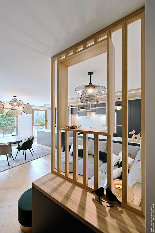 Création d'une cloison claustra en tasseaux de bois avec niche ouverte pour entrée