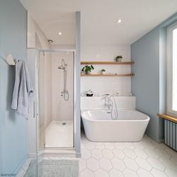 Salle de bains blanche et bleue lumineus