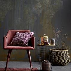 papier peint sombre avec fauteuil rose a