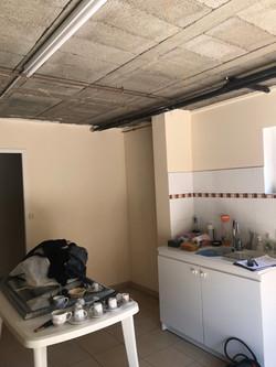 Photographie avant chantier de rénovation avec plafond en moellons