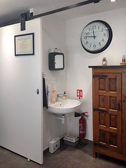 aménager un cabinet médical :  aménagement d'un cabinet médical à Lyon par Tiffany Fayolle architecte d'intérieur de TGF avec cloison coulissante et rail traditionnel meuble chiné ancien en bois, En effet, L'agence TGF par Tiffany Fayolle architecte d'intérieur et décorateur à lyon propose également de la rénovation de cabinets médicaux.