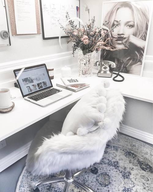 amenagement de bureaux chaleureux cocooning blanc fleurs roses apple mac desk deskroom decor