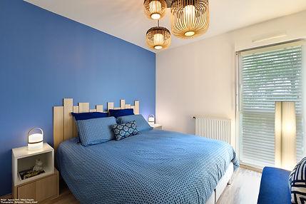 Chambre_bleue_avec_tête_de_lit_en_strati
