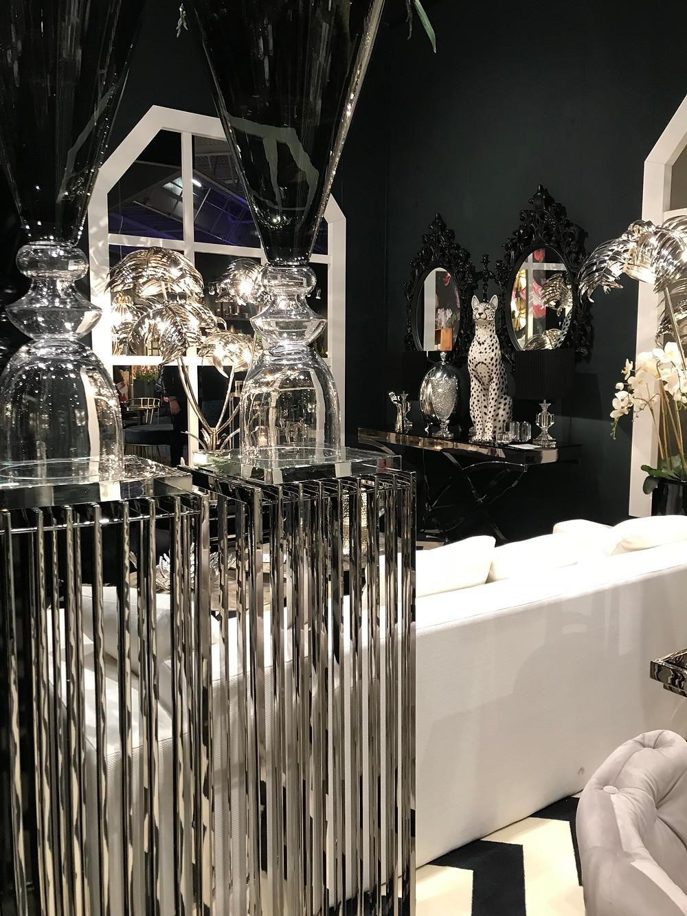 sculpture de léopard avec mur noir et guéridon en acier brillant argenté, surmontés de deux grands miroirs baroques noirs, projet de scénographie - décoration à Paris