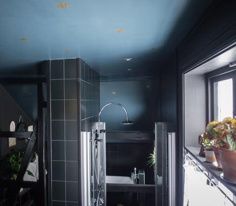Salle de bains avec ciel étoilé doré et bleu sombre, l'ensemble de la décoration, carrelage et mobilier ainsi que poutres noires. Dans cet intérieur sombre, dans la pénombre, l'ambiance globale est trouvée sur Villa Petula et décrypté par Tiffany Fayolle architecte d'intérieur et décorateur à Lyon en France sur le blog.
