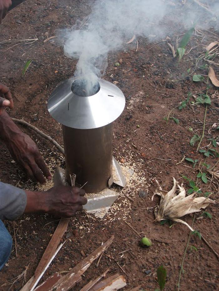 Test de carbonisation de balles de riz avec le modèle de four Elsa Stove. © Afhon