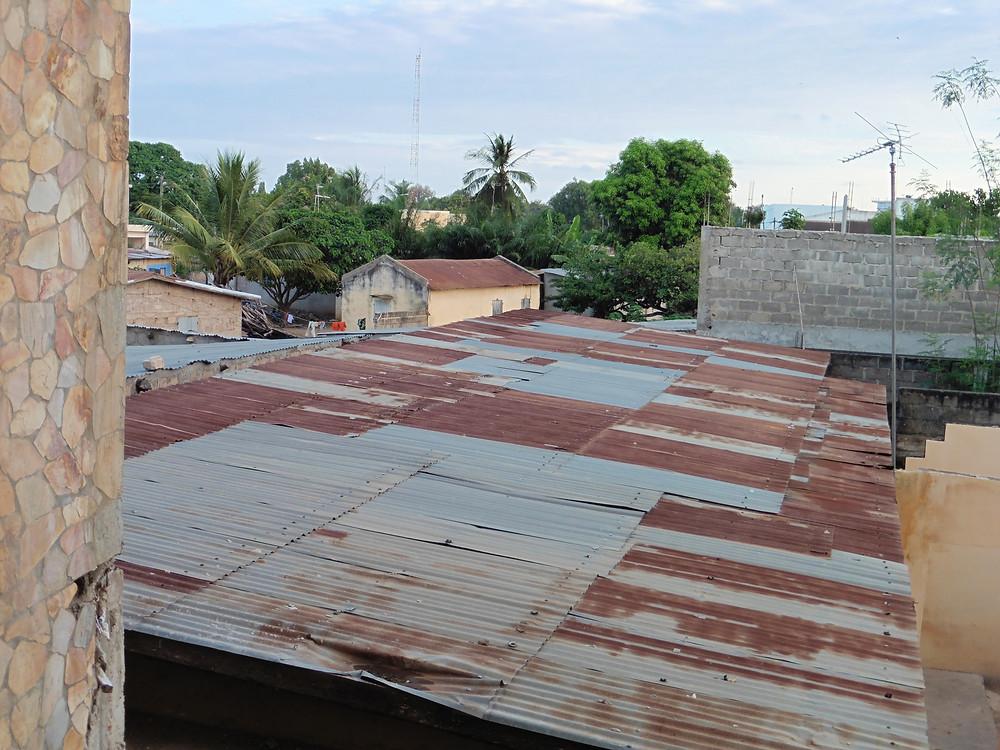 A Ouagadougou comme ici, à Lomé, la tôle est partout. © Caroline Grellier