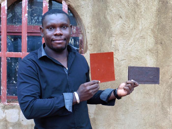 Calvin Tiam au Ouagalab, le fablab burkinabé, où il a effectué des tests de formes en impression 3D. © Caroline Grellier